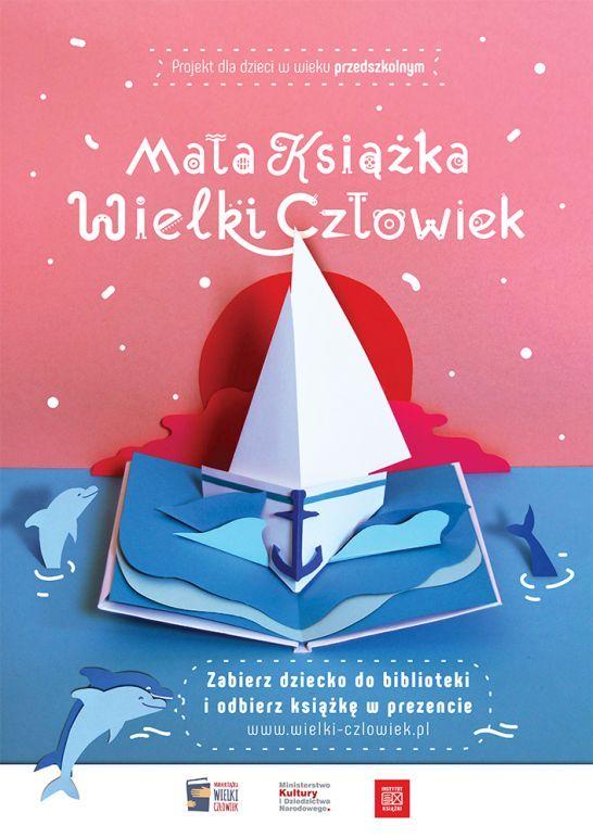 plakat promujący akcję mała książka wielki człowiek przedstawia rozkładaną ksiażeczkę z żaglówką i delfinami