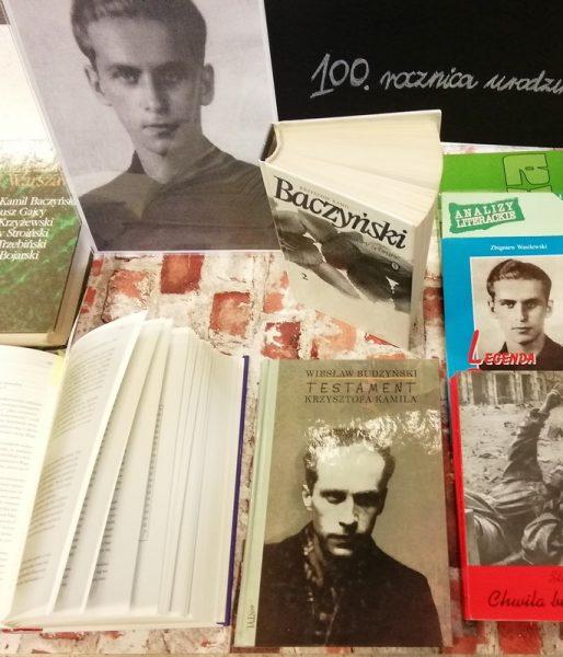 zdjęcie przedstawia ekspozycję książek i fotografii krzysztofa kamila baczyńskiego