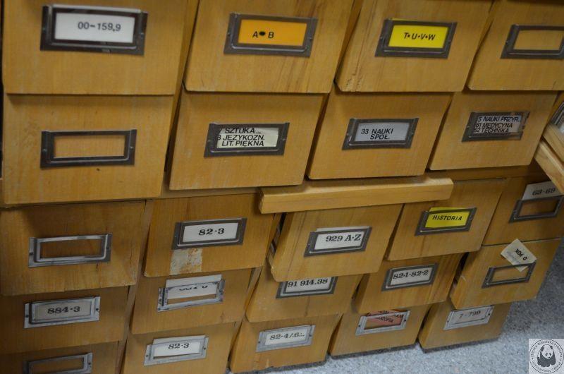 dawne drewniane szufladki katalogu