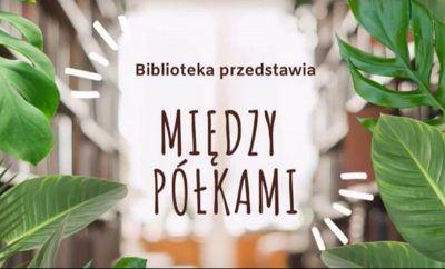ruszające się liście zachodza na pólki z książkami; napis Biblioteka przedstawia między pólkami