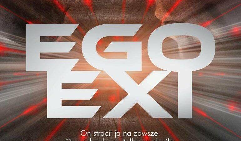 duże litery egoexi a w tle czerwony blask i profil mężczyzny i kobiety