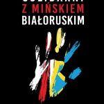 na czarnym tle połączone dłonie biało-czerwona i żołto-niebieska solidarni z Mińskiem białoruskim