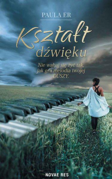 okładka ksiażo klawisze wtapiaja się w zdjęcie pola, p którym idzie młoda kobieta pochmurne niebo