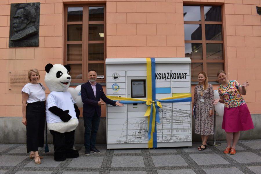Otwarcie książkomatu burmistrz zastęca burmistrza kierownik promocji i dyrektor oraz maskotka pandy