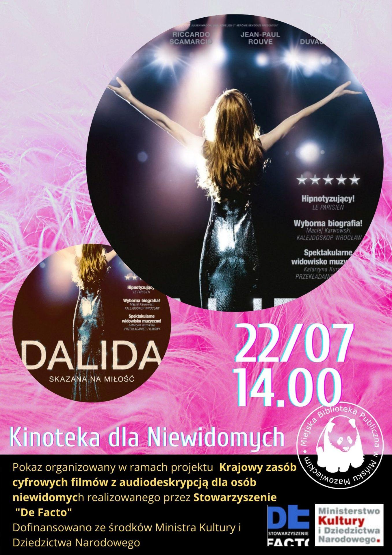 różowe boa w tle na pierwszym planie piosenkarka Dalida