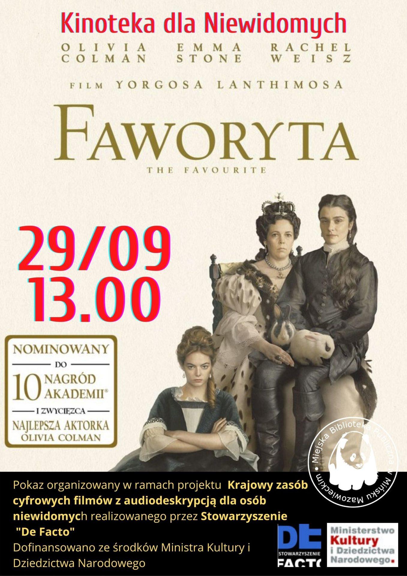 trzy kobiety w strojach kostiumowych i fryzurach z epoki, jedna jest królową trzyma na kolanach kobietę w spodniach, trzecia siedzi ponizej z założonymi rękamidwie
